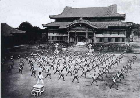 Entraînement de karate do en plein air