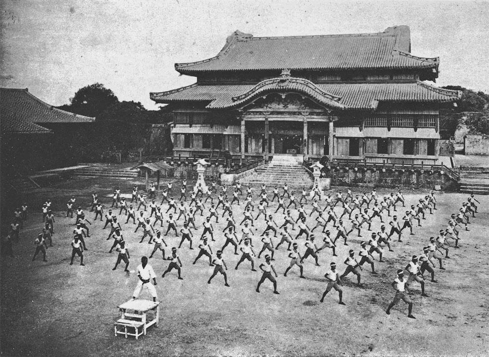Entraînement Karate avec sensei Shinpan Gusukuma (Chateau de Shuri - 1938, Okinawa Japon)